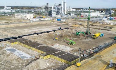 Im August 2020 starteten die Bauarbeiten für die neue Anlage für Kathodenmaterialien in Schwarzheide. Bis zur Inbetriebnahme der Anlage für Batteriematerialien im Jahr 2022 ist die Integration erneuerbarer Energien geplant.